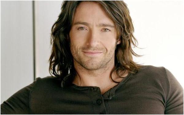 Улыбающийся мужчина с длинными волосами