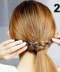 Процесс оборачивания хвоста косой.