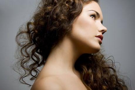 Красивые кудри могут себе позволит даже девушки с ослабленной шевелюрой и при этом не повредить их ещё больше
