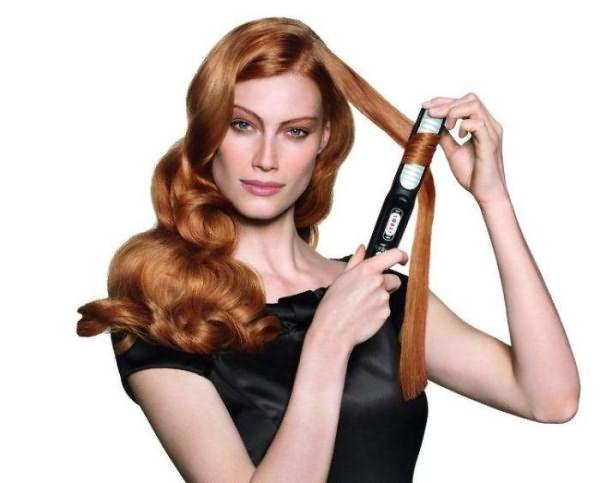 Девушка закручивает волосы