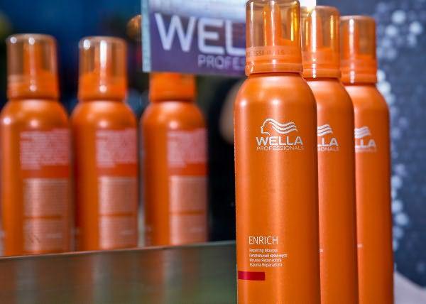 Перед тем как укладывать биозавивку в домашних условиях, нанесите на волосы небольшое количество крема, например, Enrich Repairing Cream Wella (цена – от 320 руб.)