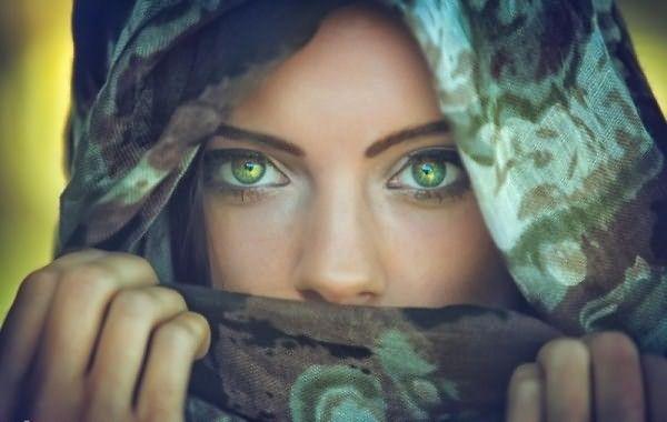 Часто обладательницам зеленых глаз хочется подчеркнуть их красоту с помощью правильно подобранного цвета волос