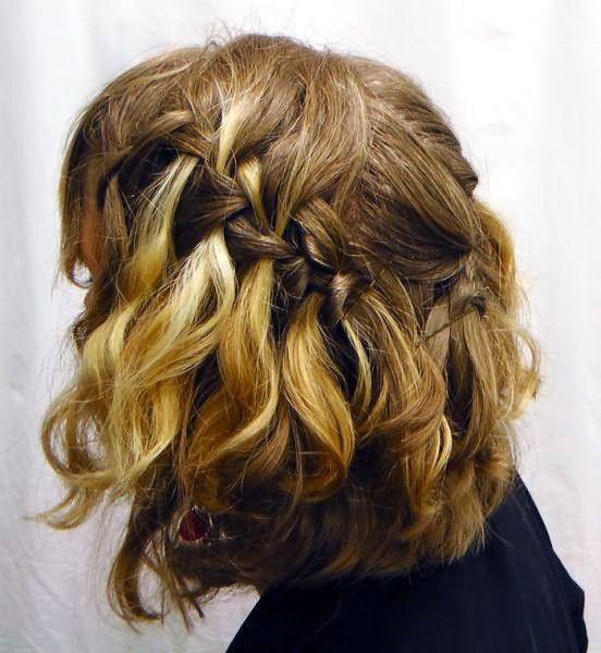 Способ, как заплести косу на короткие волосы в романтическом стиле.