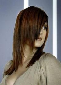 женская стрижка лесенка на средние волосы 4