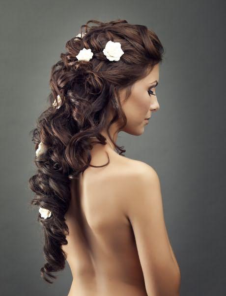 Если украсить роскошные спиральки диадемой или белыми искусственными цветами, получится очень нежная свадебная прическа