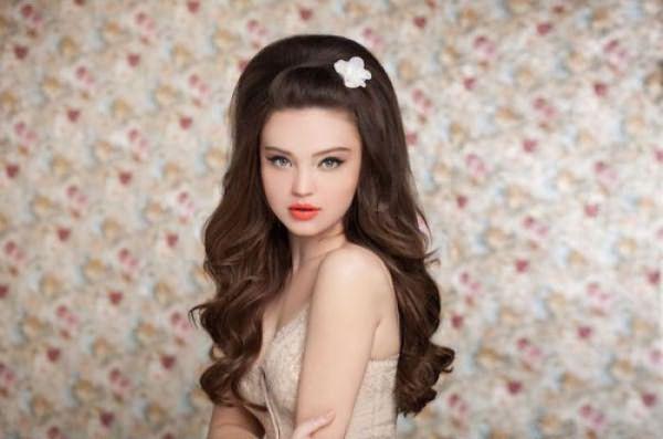 Пышные волосы – прекрасная база для романтических причесок