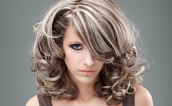 Простой способ изменить тон шевелюры – тонирование предварительно мелированных волос