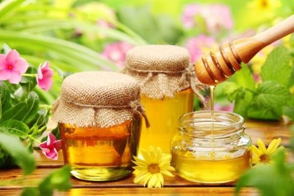 При приготовлении масок важно, чтобы продукты были натуральными, в том числе и мед