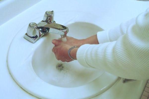 Для начала, отмойте краску с кожи рук, а уже потом приступайте к другим участкам кожи.