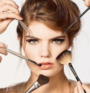 Прическа, макияж и одежда дополняют друг друга и завершают образ.