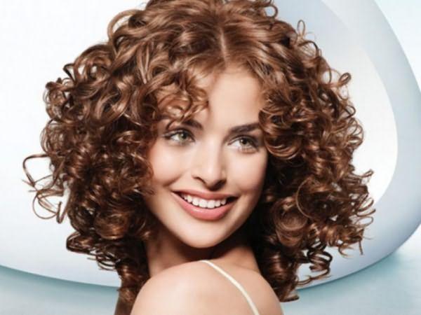 Так выглядит долгосрочная укладка на средние волосы (среднего размера упругие вертикальные кудри).
