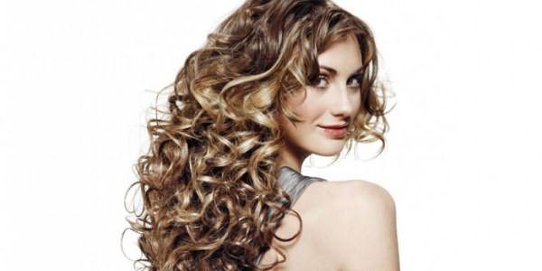 Девушка с накрученными волосами