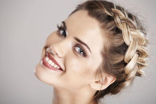 Прически с плетением волос никогда не выходят из моды.