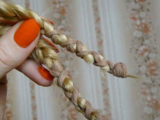 Некоторые девушки крутят волосы даже на бублик, резинку или попросту сплетают обычную косу.