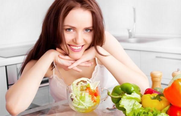 Девушка сидит на диете, чтобы избавиться от перхоти