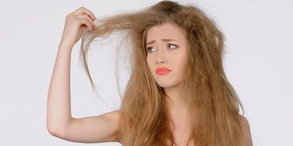 У девушки сухие волосы