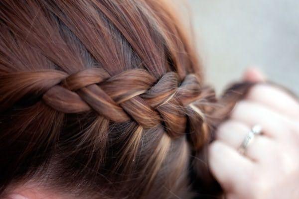 Фото прекрасного способа красиво заплести косу по линии роста волос
