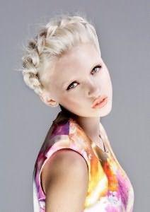 Красивое плетение коротких волос вокруг головы