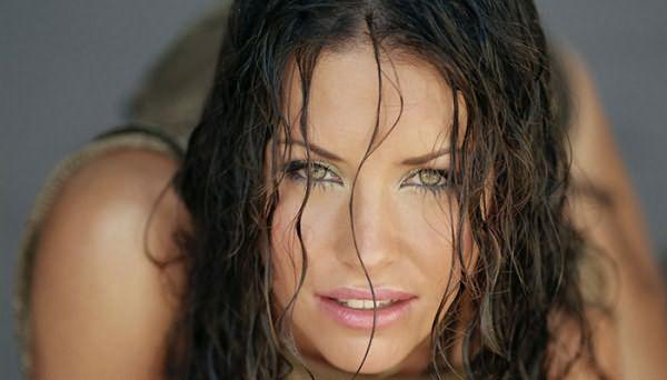 Женщина с болотным цветом глаз