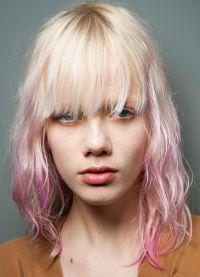 розовые пряди на светлых волосах 6