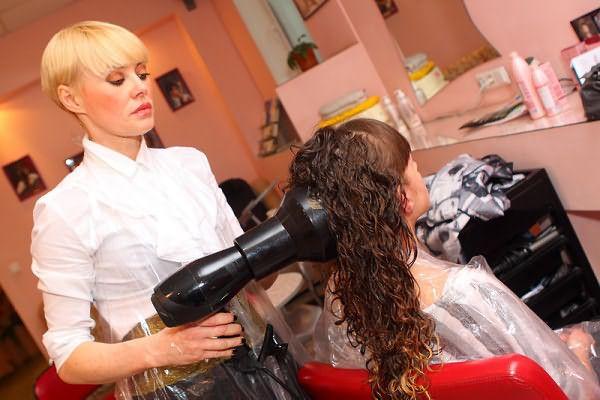 Укладка феном является завершающим этапом долговременной завивки волос в салоне красоты