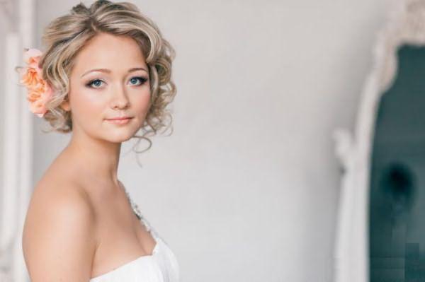 свадебные прически на короткие волосы с челкой фото с фатой