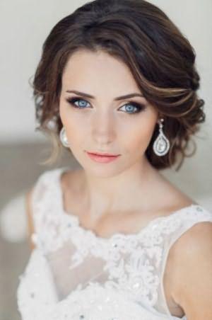 На фото – разновидность классической свадебной укладки