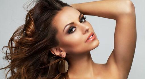 Техника «иней» - лучшее решение для вьющихся и кудрявых волос. В случае с темными волосами мелирование может быть не только светлым, особым шармом обладает сочетание корицы и шоколада, коричневого и медового
