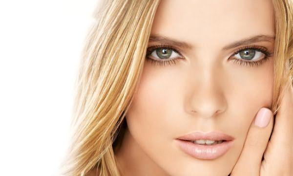 Серые глаза – наиболее универсальны и легко адаптируются к любому оттенку прически