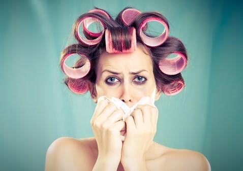 Аллергию на краску для волос могут спровоцировать едкие химические добавки, входящие в состав краски.