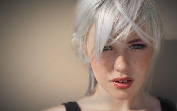 Для покраски в платиновый блонд даже натуральные светлые волосы лучше дополнительно осветлить до белоснежно-белого