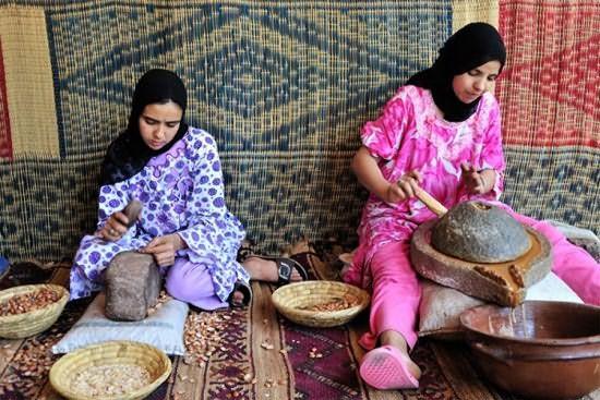 Справа берберская женщина крутит каменную мельницу, которая выдавливает из семян капельки драгоценного эликсира. Кстати, на получение 1 литра арганового масла уходит до двух дней!