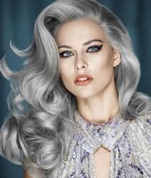Чтобы получить серебристый цвет, с большой вероятностью придется пройти процедуру обесцвечивания волос