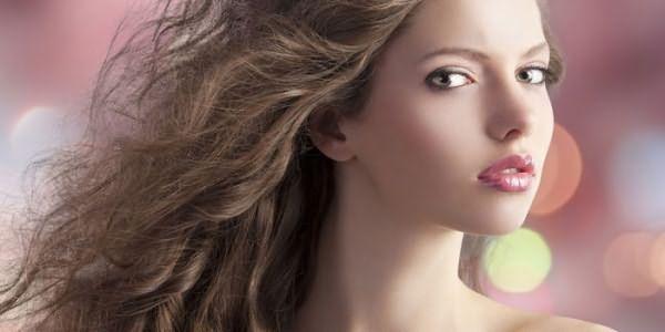 Девушка с волосами средней длины
