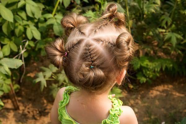 Плетение косичек – любимое с детства занятие и известно всем мамам.