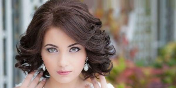 Девушка со свадебной укладкой на волосы средней длины