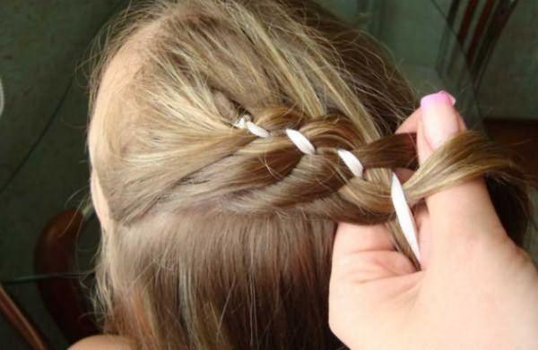 Создание косы-зигзаг с лентой: шаг 4