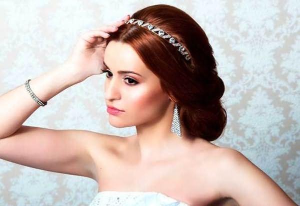 Девушка со средними волосами