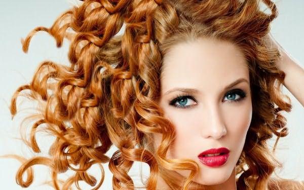 Если локоны сильно повреждены или есть противопоказания к проведению салонных укладок, то заплетение обычных косичек – отличная альтернатива химической завивке волос