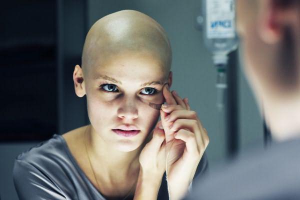 Тысячи женщин ежедневно становятся на путь борьбы со страшным недугом и задаются вопросом, отрастают ли волосы после химиотерапии