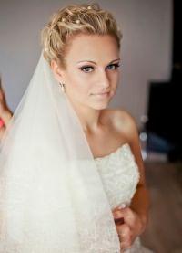 Свадебные прически на средние волосы с фатой15