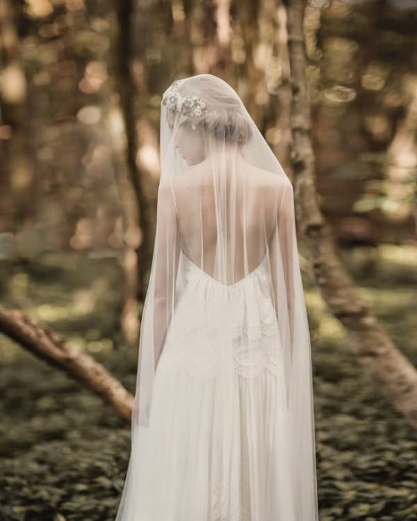 pricheski-na-svadbu-na-srednie-volosy-foto_34