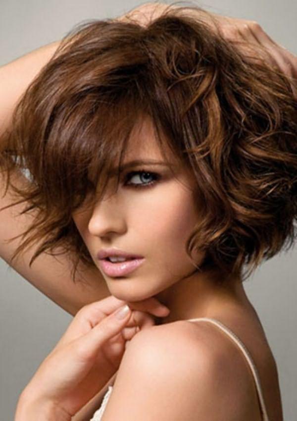 Объемные прически на средние волосы 6