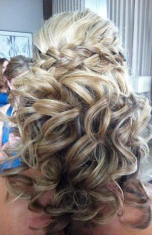 Если длинные локоны накрутить на бигуди и после заплести по окружности головы поперечную косу, то в итоге можно получить шикарную прическу.