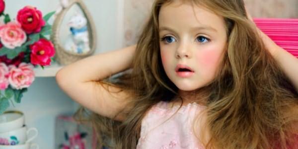 Девочка с длинными распущенными волосами