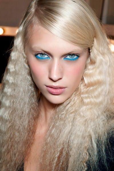 Современные утюжки гофре для волос позволяют создавать потрясающие жатые пряди в домашних условиях