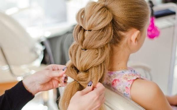 Чтобы придать любой косе объем, как на фото, можно предварительно обработать волосы утюжком с насадкой «гофре»