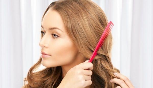 Перед стрижкой волосы нужно обязательно прочесать