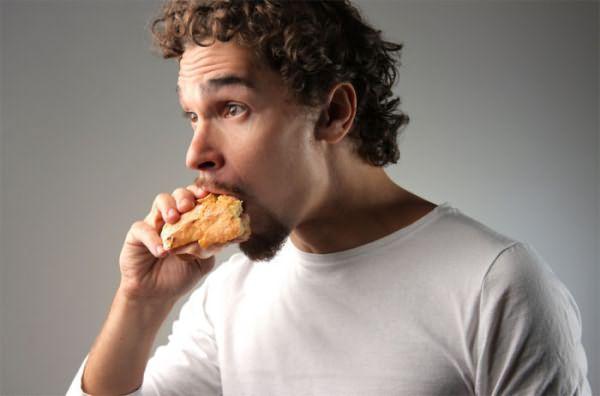 Регулярное употребление низкокалорийной пищи невысокого качества отрицательным образом отражается на состоянии шевелюры