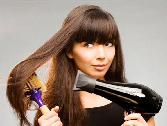 Плойки, выпрямители и фены – негативно влияют не только на состояние волос, но и замедляют их рост